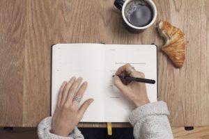 Boulimie d'écriture, avec un croissant et un café