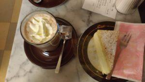 Chocolat viennois et gâteau à la crème à Vienne