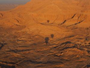 Survol du désert égyptien en montgolfière