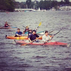 Les kayaks sur le lac de Hambourg
