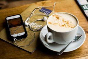 Livre audio avec un café
