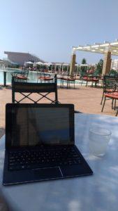 Ecrire au bord de la piscine