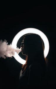 Une femme fume