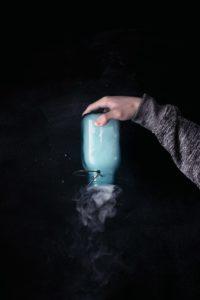 Une bouteille remplie de vapeur