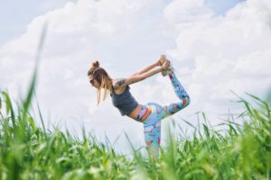 Une femme pratique le yoga