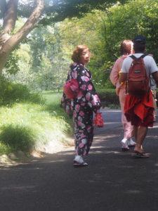 Femmes en kimono au jardin impérial de Tokyo