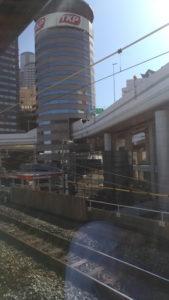 Un métro passe dans un immeuble à Osaka