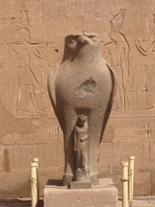 Une statue d'Horus au temple d'Edfou