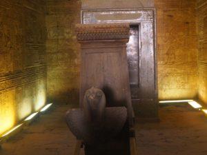 Le sanctuaire du temple d'Edfou