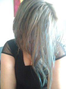 Nina aux cheveux bleus
