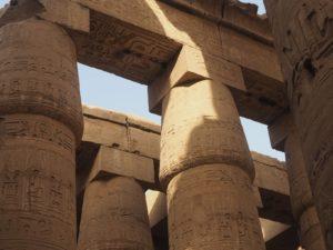 Les colonnes en forme de lotus du temple de Karnak