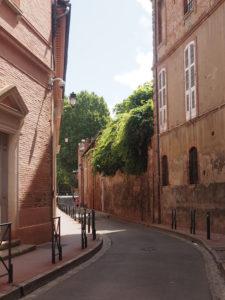 Marcher dans les ruelles de Toulouse