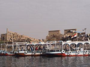Les bateaux devant le temple de Philae