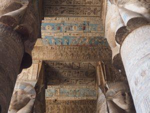 Hiéroglyphes colorées à Denderah