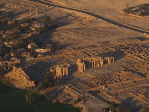 Colosses de Memnon vus du ciel