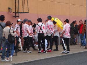 Des visiteurs du Universal Studio Japon déguisés en zombie
