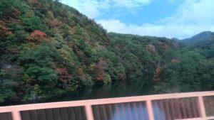 Train dans la montagne au Japon