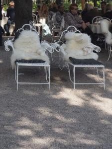 Chaises longues et plaid
