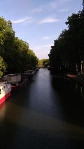 Une péniche pont des demoiselles à Toulouse