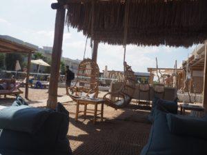 Le bar de la plage de l'Enorme hotel en Crète
