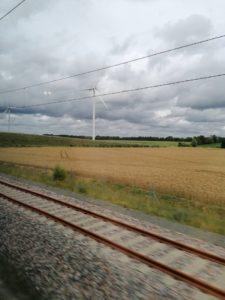 Une éolienne vue du train